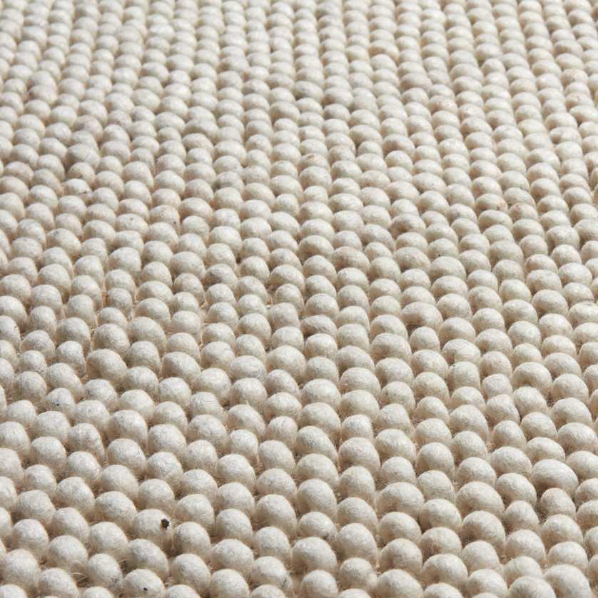 Hochflor Teppich New Loop Wollweiß ist ein ganz besonderer Teppich. Die dicken Fasern sind zu kleinen Schlingen geschwungen, die auf einen klassischen handgewebten Teppich aufgenäht sind. Die Schlingen liegen dicht nebeneinander und machen New Loop dadurch weich aber trotzdem stabil, wenn man darüber geht. New Loop Wollweiß hat einen natürlichen weißen Farbton. Das macht ihn zu einem schlichten Teppich, der sich leicht mit verschiedenem Interieur kombinieren lässt.